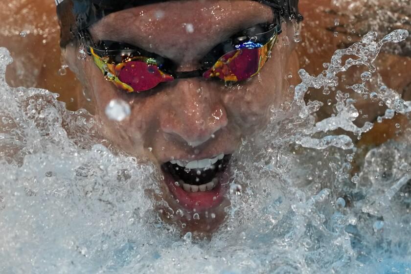 Caeleb Dressel, de Estados Unidos, nada en la final masculina de los 100 metros mariposa en los Juegos de Tokio, el 31 de julio de 2021, en Tokio, Japón. (AP Foto/Gregory Bull)