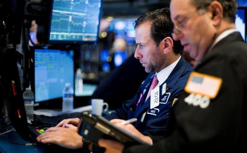 Mercantes trabajan en la Bolsa de Nueva York (Estados Unidos). EFE/ARCHIVO