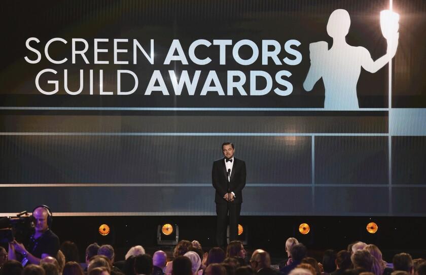 Leonardo DiCaprio presenta el premio a la trayectoria durante la ceremonia de los Premios SAG