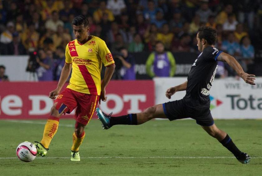 El jugador de Morelia Ángel Sepúlveda (i) disputa el balón con Adrian Aldrete (d) de Cruz Azul hoy, viernes 3 de noviembre de 2017, durante un juego de la jornada 16 del torneomexicano de fútbol celebrado en el estadio Morelos de la ciudad de Morelia(México). EFE