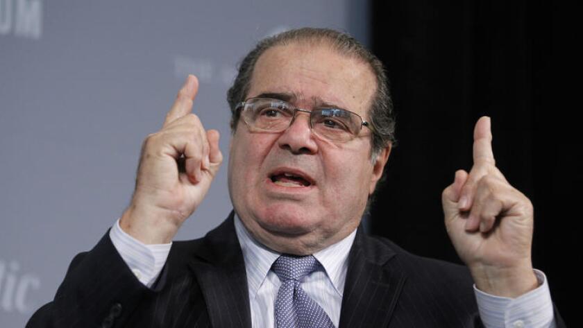 El juez del Tribunal Supremo de justicia Antonin Scalia murió el fin de semana pasado. Esto podría afectar a los casos que actualmente están en la corte, incluyendo un intento de limitar las finanzas de los sindicatos de docentes (Manuel Balce Ceneta / Associated Press).