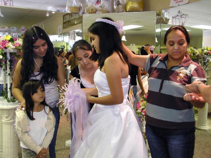 Una nueva generación de jóvenes latinas criadas en los Estados Unidos honra una tradición arraigada en la cultura hispana: la fiesta de celebración de los 15 años. Los padres de las niñas que han crecido entre dos culturas, la hispana y la estadounidense, ahorran y planifican con años de anticipación. EFE/MAYRA CUEVAS/Archivo