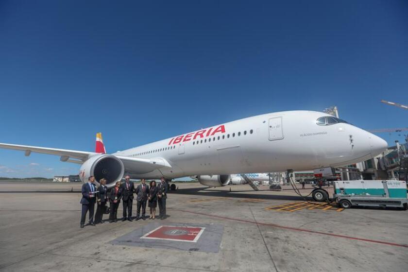 Un grupo de personas observan el avión durante la presentación de la aerolínea Iberia de su nuevo Airbus A350 este martes, en el Aeropuerto Internacional Ministro Pistarini de Buenos Aires (Argentina). EFE