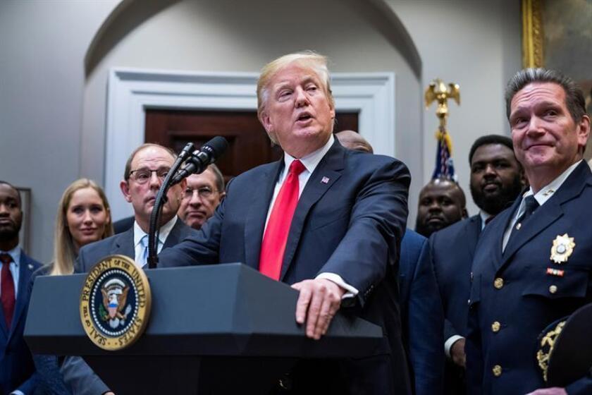El presidente, Donald Trump, insistió hoy en sus acusaciones de fraude electoral en el estado de Florida al asegurar que algunas personas después de votar se cambiaban de camiseta y depositaban un nuevo sufragio. EFE