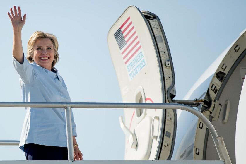 La candidata presidencial demócrata Hillary Clinton aborda su avión de campaña en el Aeropuerto Internacional Cleveland Hopkins en Cleveland, Ohio, el lunes 5 de septiembre de 2016, con el fin de viajar al Aeropuerto Internacional Quad Cities en Moline, Illinois.