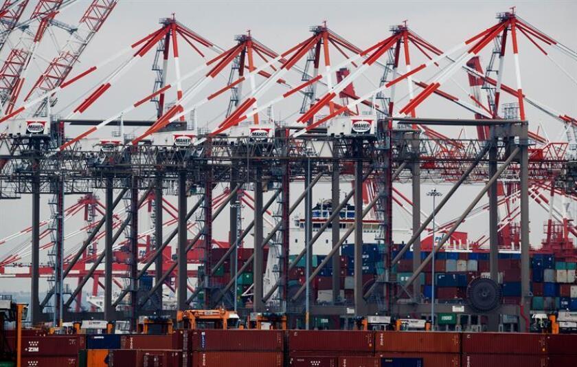 Vista del puerto de Newark, uno de los más grandes de Estados Unidos, en Elizabeth, Nueva Jersey, Estados Unidos. El presidente de EE.UU., Donald Trump, anunció hoy la imposición de aranceles del 25 % a importaciones chinas por valor de 50.000 millones de dólares. EFE/Archivo