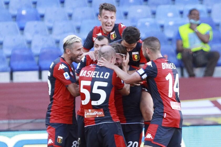 Lasse Schoene, tercero desde la derecha, celebra tras anotar el segundo gol de Genoa en la victoria 2-0 ante SPAL en la Serie A italiana en Génova, el domingo 12 de julio de 2020. (Tano Pecoraro/LaPresse vía AP)