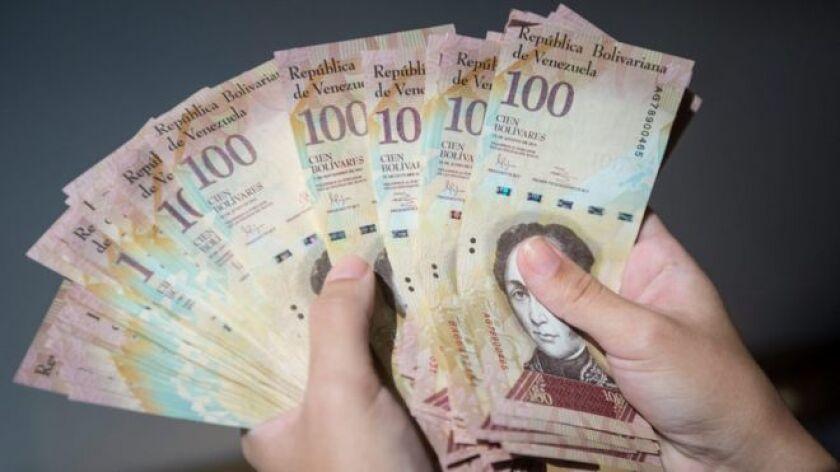 La medida tiene el objetivo de detener el contrabando de billetes de 100 bolívares, los de mayor denominación en el país, dijo el mandatario en un discurso televisado.