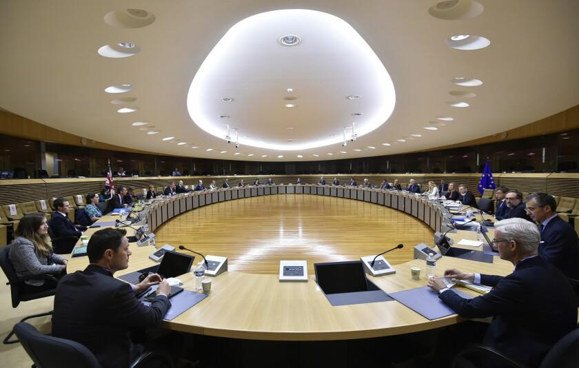 Funcionarios de la Unión Europea y Gran Bretaña reunidos en la sede de la UE en Bruselas al reanudar las negociaciones sobre el Brexit, el lunes 29 de junio de 2020. (John Thys, Pool Photo via AP)