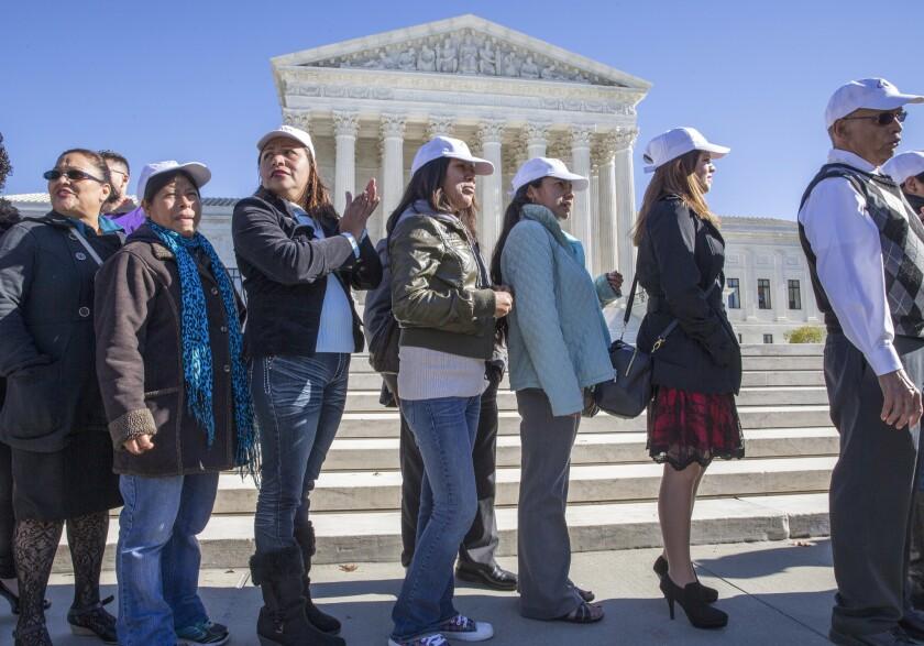 Activistas celebran la apelación que el gobierno del presidente Barack Obama presentó ante la Corte Suprema para que se pronuncie sobre sus planes de impedir la deportación de millones de inmigrantes, frente al edificio del máximo tribunal en Washington.