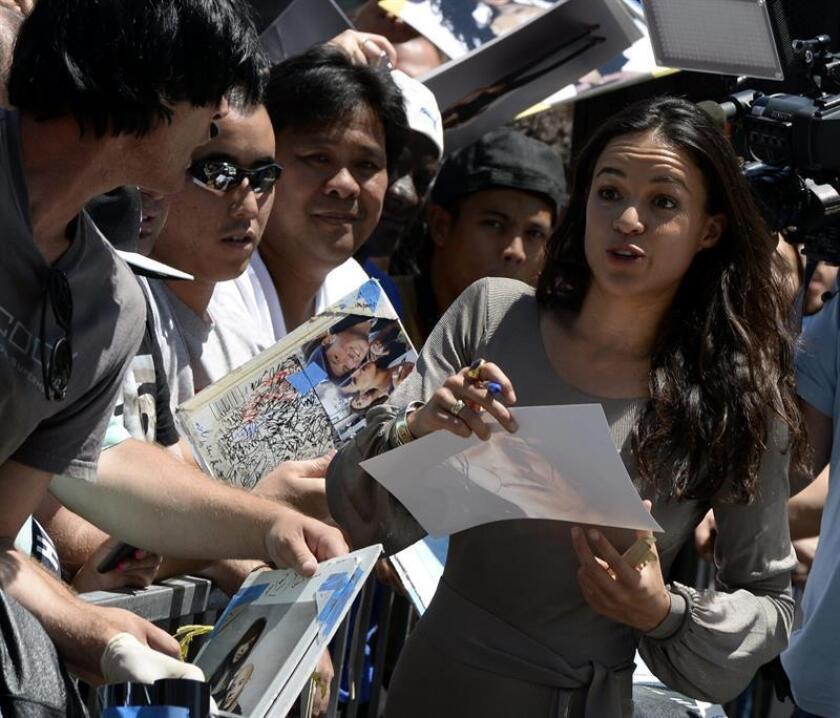 La actriz estadounidense Michelle Rodriguez firma autógrafos. EFE/Archivo