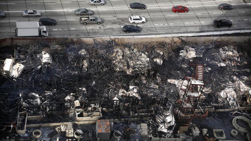 Un enorme incendio se generó en la mañana del 8 de diciembre de 2014, en un edificio de apartamentos en construcción en el Centro de Los Ángeles.