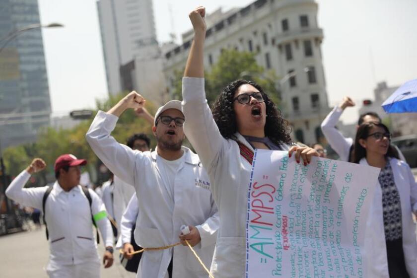 Pasantes de enfermería y medicina piden mejoras laborales en México