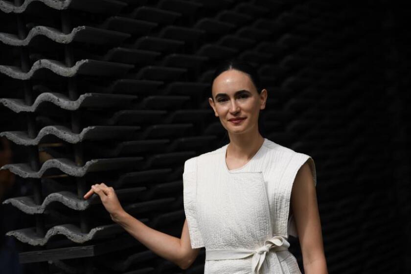 La arquitecta mexicana Frida Escobedo, reconocida por su trabajo en espacios públicos, posa para los fotógrafos durante la presentación a la prensa de su diseño del Serpentine Pavilion 2018 en Hyde Park, una estructura temporal erigida cada verano en este parque londinense, en Londres (Reino Unido) hoy, 11 de junio de 2018. EFE