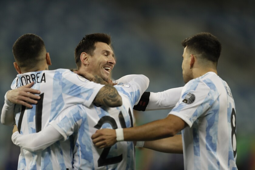 Alejandro Gómez festeja con sus compañeros argentinos Lionel Messi, Marcos Acuña y Ángel Correa