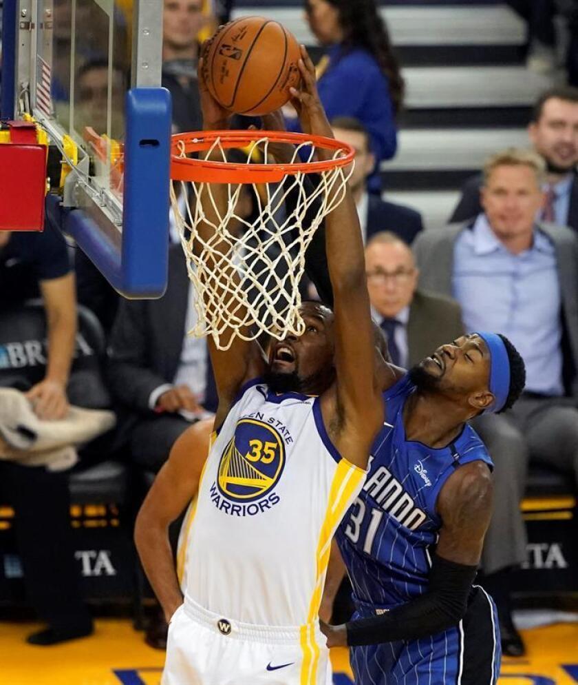 Kevin Durant (i) de los Golden State Warriors en acción ante Terrence Ross (d) de los Orlando Magic durante un partido de la NBA. EFE/Archivo