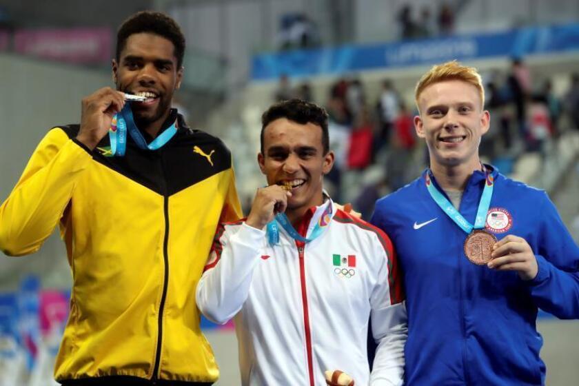 El jamaicano Knight-Wisdom gana una medalla, la piscina gana una estrella
