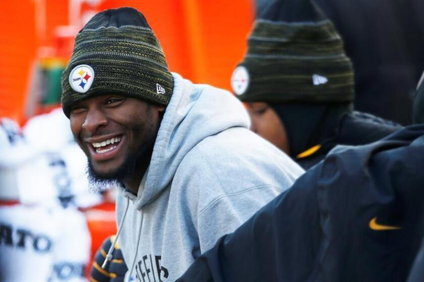 Pittsburgh Steelers running back Le'Veon Bell laughs on the sideline in the first half of the NFL American Football game against the Cleveland Browns at Heinz Field in Pittsburgh, Pennsylvania, USA. EFE/Archivo
