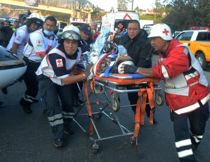 Equipos de rescate trasladan a un herido en el sitio donde doce personas murieron en el Estado de México. EFE/Archivo