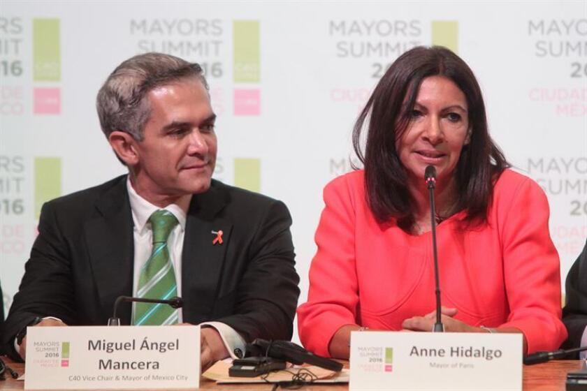 La alcaldesa de París, Anne Hidalgo, y su par de Ciudad de México, Miguel Ángel Mancera, participan hoy, miércoles 30 de noviembre de 2016, en la Cumbre del Grupo de Liderazgo Climático C40, en la que los alcaldes de las ciudades más grandes del mundo debatirán hasta el viernes sobre cómo reducir las emisiones de carbono, en Ciudad de México. EFE