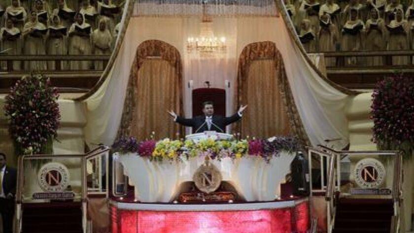 En esta foto del 9 de agosto de 2018, Naasón Joaquín García dirige un servicio en su iglesia, La Luz del Mundo, en Guadalajara, México. (AP)