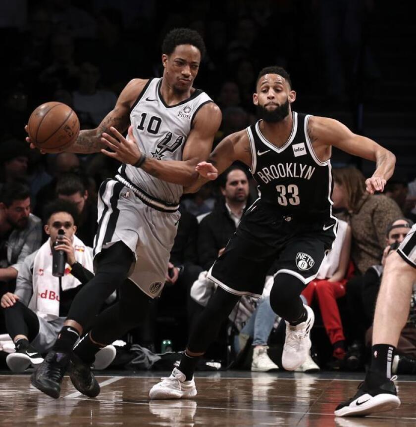 El escolta Allen Crabbe (d) de Brooklyn Nets en acción ante el escolta DeMar DeRozan (i) de San Antonio Spurs, durante un juego de la NBA entre San Antonio Spurs y Brooklyn Nets. EFE/Archivo