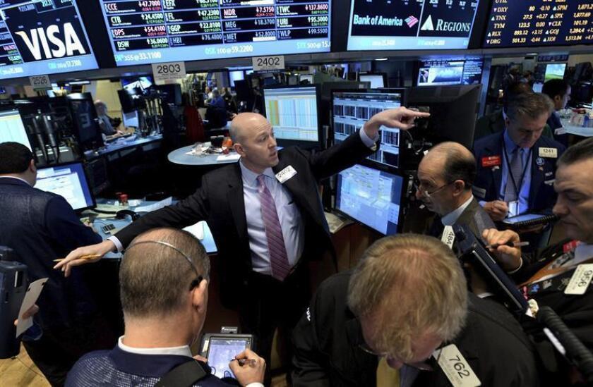 Wall Street cerró hoy a la baja, con un descenso del 0,16 % en el Dow Jones de Industriales, su principal indicador, en una sesión sin noticias importantes que se mantuvo durante gran parte de la jornada sin movimientos bruscos. EFE/ARCHIVO