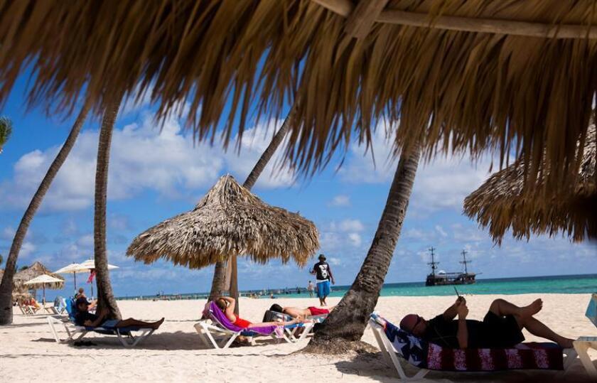Turistas disfrutan de la playa en Punta Cana (República Dominicana). EFE/Archivo