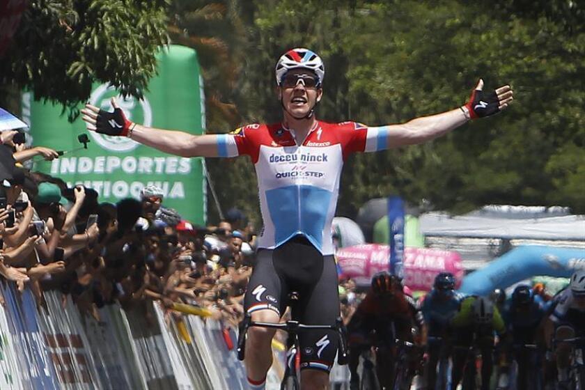 El ciclista luxemburgues Bob Jungels del equipo Deceuninck-Quick-Step celebra la victoria en la cuarta etapa del Tour Colombia este viernes, en Medellín (Colombia). EFE