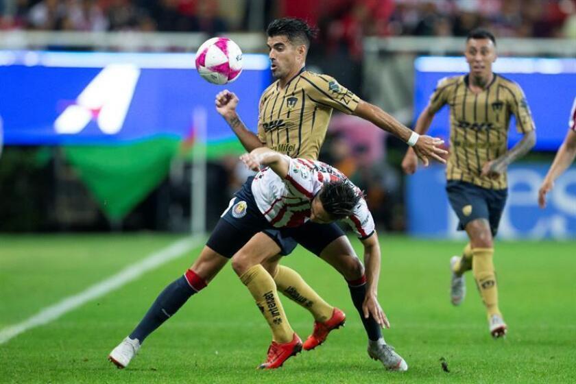 El jugador de Chivas Alan Cervantes (frente) disputa un balón ante Ignacio Malcorra (atrás) de Pumas durante el juego correspondiente a la jornada 12 del torneo mexicano de fútbol, en el estadio Akron, en Guadalajara, Jalisco (México). EFE