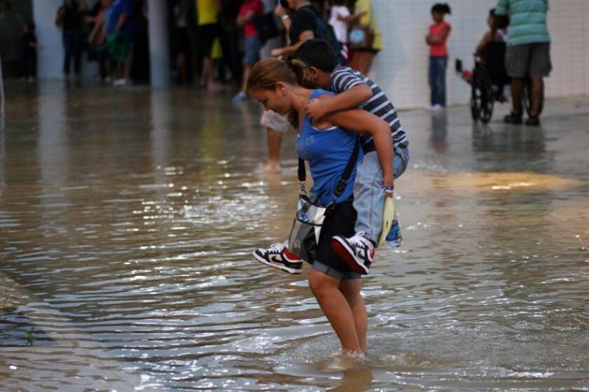 El Servicio Nacional de Meteorología (SNM) en San Juan alertó hoy que una zona de lluvias, fuertes tronadas y vientos se moverán en la mañana de hoy desde el este de Puerto Rico, afectando a 25 municipios, debido al paso de la tormenta tropical Isaac por el sur de la isla. EFE/Archivo