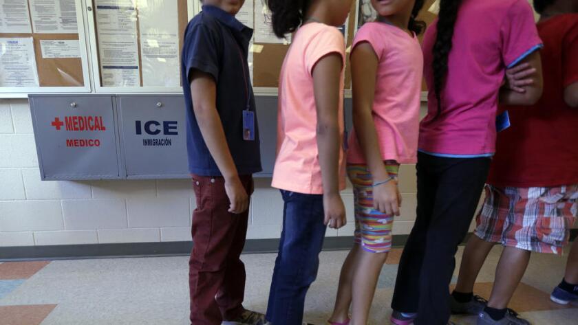 South Texas Family Residential Center es el más grande de los tres centros de detención de inmigrantes del país para familias. El lugar ha despertado críticas de inmigrantes y defensores, quienes remarcan su parecido con una prisión.