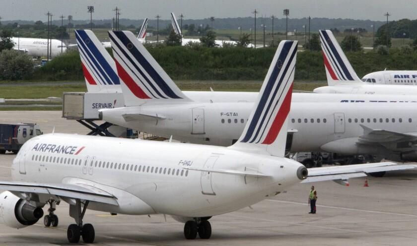 Aviones de Air France estacionados en el aeropuerto Charles de Gaulle cerca de París, durante una huelga de controladores Air France canceló 10% de sus vuelos de larga distancia el viernes 29 de julio del 2016, debido a un paro de tripulantes de cabina. (AP Foto/Jacques Brinon)