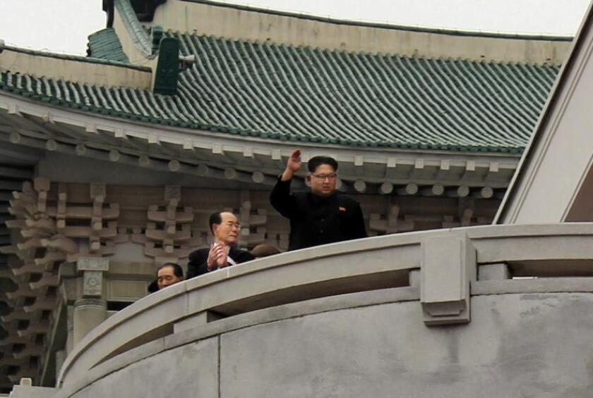 El líder de Corea del Norte, Kim Jong un, saluda desde el balcón del Gran Palacio de Estudios del Pueblo de Pyongyang. EFE/Archivo