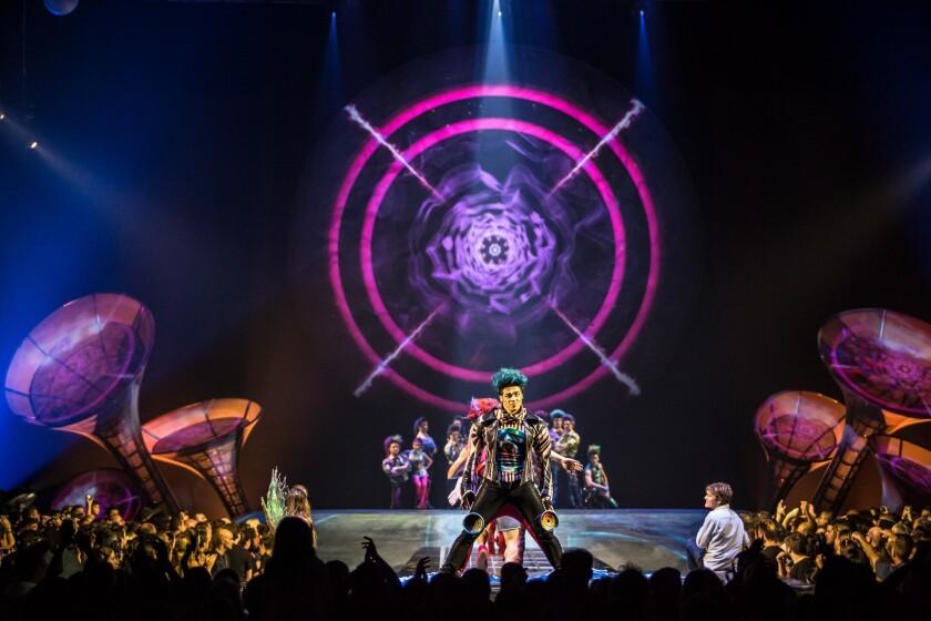 """Una escena del montaje de """"Sép7imo Día"""", en la que queda clara la influencia de la estética ochentera de Soda Stereo en el montaje de Cirque du Soleil."""