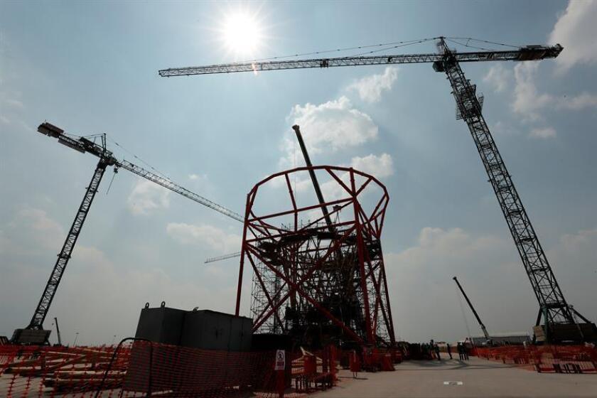 """El presidente electo Andrés Manuel López Obrador dijo hoy que las obras del nuevo aeropuerto de México requerirían 4.655 millones de dólares de presupuesto público que su gobierno no podría aportar, pero afirmó que empresarios encabezados por Carlos Slim han planteado """"hacerse cargo"""" de la inversión. EFE/Archivo"""