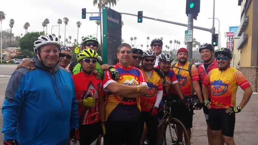 Algunos de los miembros de Eastside Bike Club se toman una foto con Morales (en el centro).