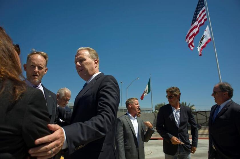 El alcalde de San Diego (EE.UU.), Kevin Faulconer, habla habla antes de una presentación en apoyo del TLCAN en el cruce fronterizo entre los Estados Unidos y México. EFE/Archivo