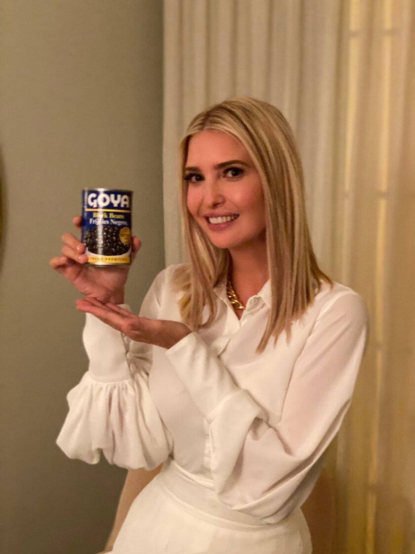 Ivanka Trump muestra un producto de la empresa que se encuentra en el centro de la opinión pública.
