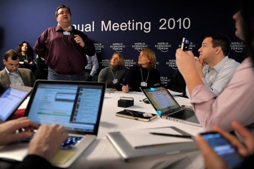 El director ejecutivo y fundador de LinkedIn Corp., Reid Hoffman (de pie), habla durante una sesión plenaria de la primera jornada del 40? Foro Económico de Davos (Suiza). EFE/Archivo