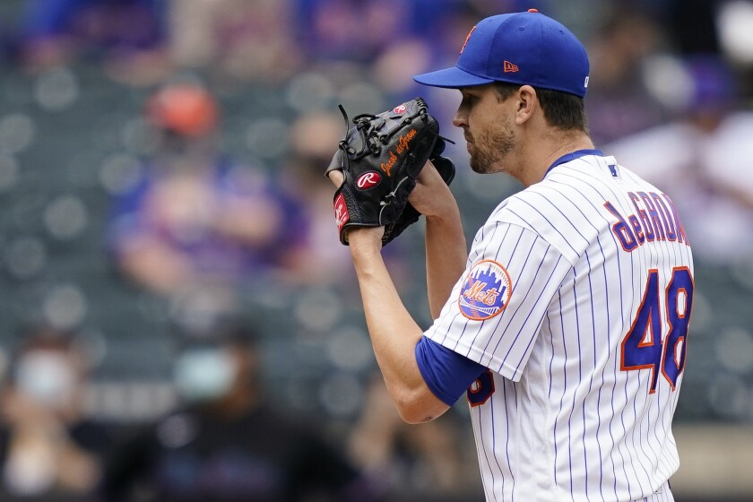 El abridor de los Mets de Nueva York Jacob deGrom se apresta a lanzar en el primer inning de un partido de Grandes Ligas