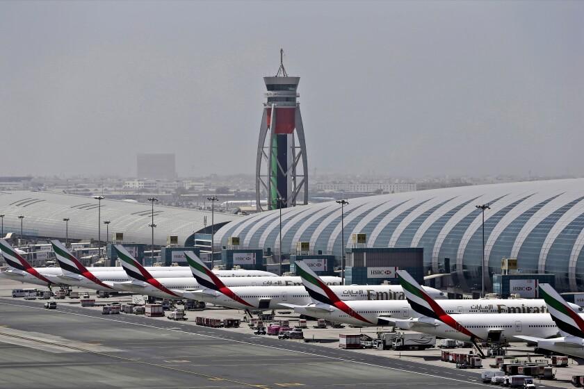 En esta imagen de archivo, tomada el 20 de abril de 2017, aviones de la aerolínea Emirates, aparcados en el aeropuerto internacional de Dubái, en Dubái, Emiratos Árabes Unidos. (AP Foto/Kamran Jebreili, archivo)