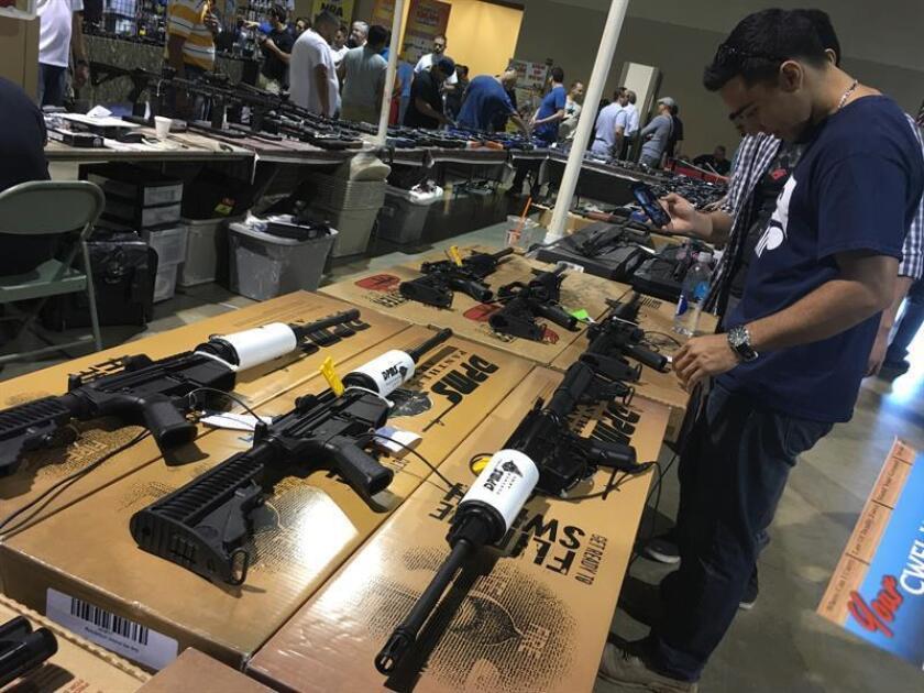 """El FBI calcula que la venta de armas en Estados Unidos alcanzó un nuevo récord en el día de rebajas del """"viernes negro"""", al aumentar en un 0,2 % el número de controles de antecedentes penales procesados por la agencia federal. EFE/ARCHIVO"""