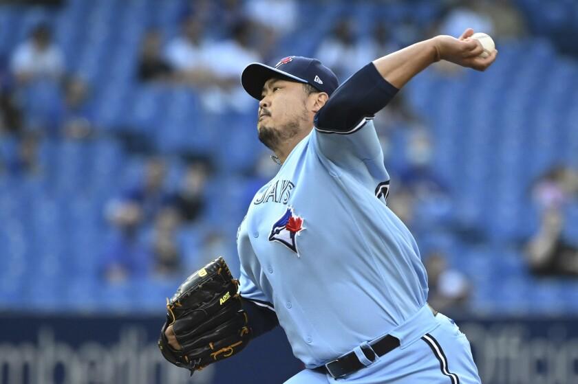 El surcoreano Hyun Jin Ryu, de los Azulejos de Toronto, hace un lanzamiento en la primera entrada del juego ante los Indios de Cleveland, el martes 3 de agosto de 2021 (Jon Blacker/The Canadian Press via AP)