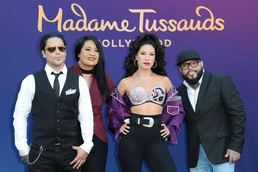 Chris Pérez, Suzette Quintanilla y A.B. Quintanilla, de izquierda a derecha, asisten a la develación de la figura de cera de Selena en el museo Madame Tussauds Hollywood, el martes 30 de agosto del 2016 en Los Angeles.