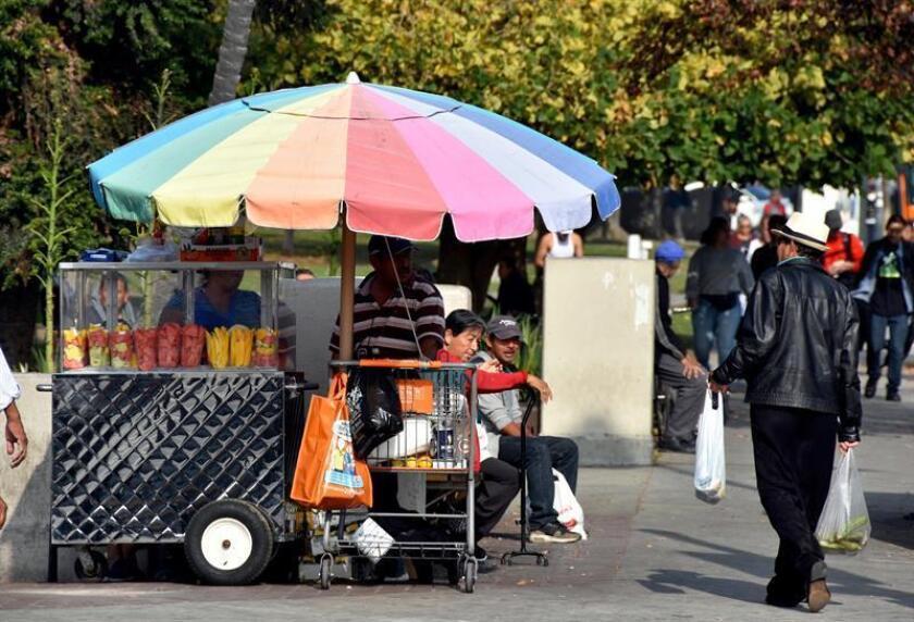 Fotografía del 24 de diciembre de 2018, de un puesto de venta de frutas en la entrada del parque Douglas MacArthur en Los Ángeles, California. EFE