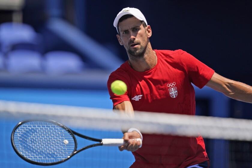 El serbio Novak Djokovic practica en el Centro de Tenis Ariake, antes de los Juegos Olímpicos, el viernes 23 de julio de 2021, en Tokio (AP Foto/Seth Wenig)