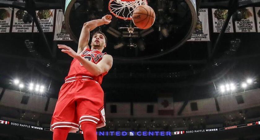 Zach LaVine (i), escolta de los Bulls de Chicago. EFE/Archivo