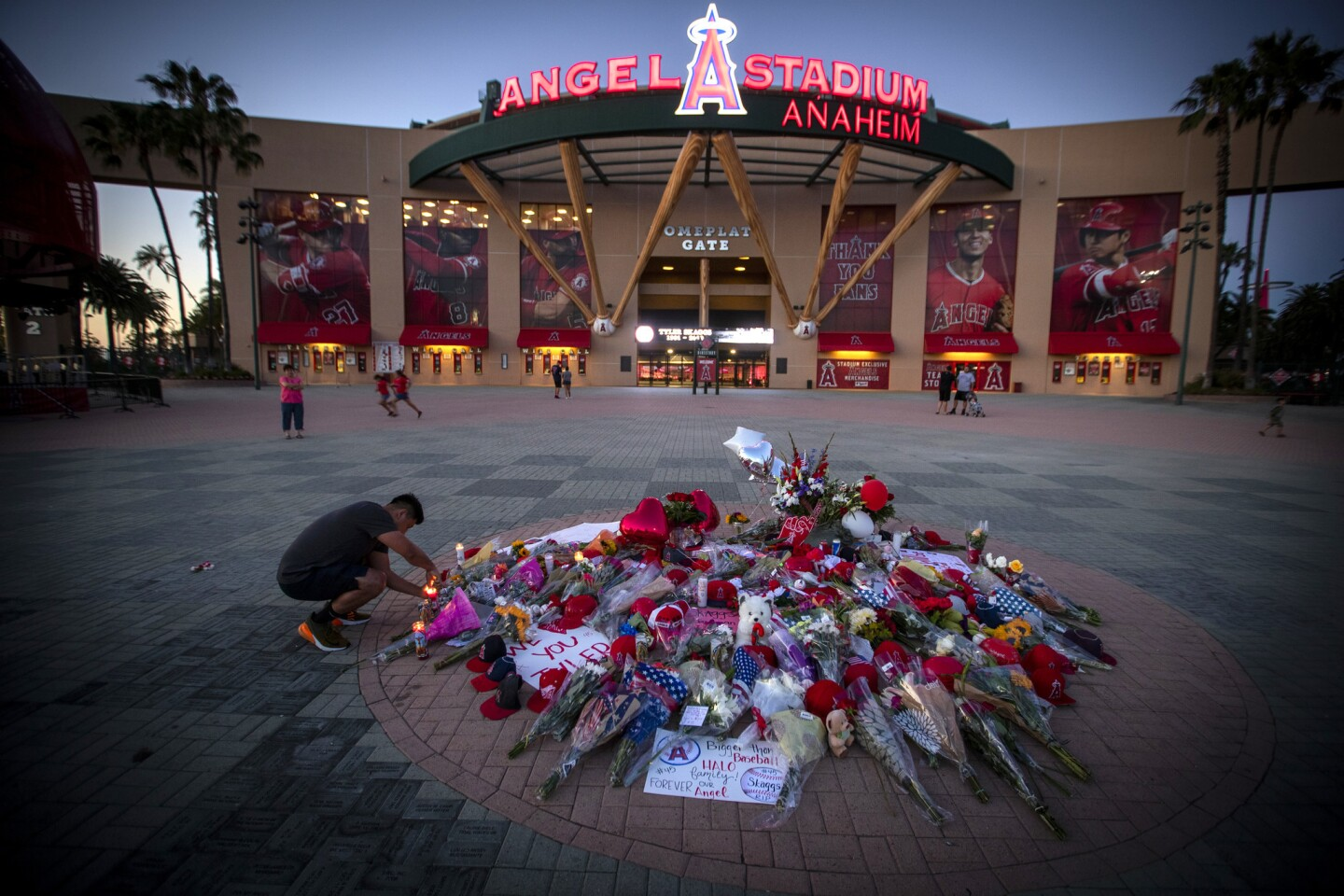 Fans mourn death of Tyler Skaggs
