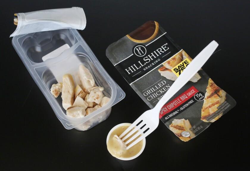 Dos paquetes de Hill Shire Snackng en Nueva York. A medida que mucha gente opta por alimentarse con bocadillos en vez de comidas formales, las compañías están reinventando alimentos normalmente no considerados bocadillos para aprovechar la tendencia. (AP Foto/Mark Lennihan)